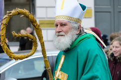 MUNICH, BAVIÈRE, ALLEMAGNE - 13 MARS 2016 : le vieil homme déguisé en tant qu'évêque irlandais au jour du ` s de St Patrick défil Images stock