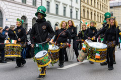 MUNICH, BAVIERA, ALEMANIA - 13 DE MARZO DE 2016: Los baterías en el día del ` s de St Patrick desfilan Foto de archivo