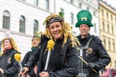 MUNICH, BAVIERA, ALEMANIA - 13 DE MARZO DE 2016: Los baterías en el día del ` s de St Patrick desfilan Fotos de archivo libres de regalías