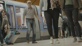 Munich, Baviera, Alemania - 23/06/2018 - los viajeros consigue de vez en cuando el metro de U-Bahn almacen de metraje de vídeo