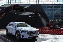 MUNICH BAYERN, TYSKLAND - MARS 13, 2019: Audi e-Tron, fullständigt en elbil, på skärm på MAC för Munich flygplatsmitt arkivbilder