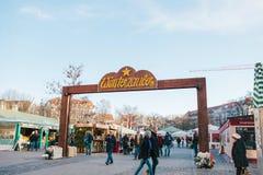 Munich December 29, 2017: folk som går runt om julmarknad royaltyfri bild