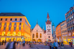 Munich gammalt stadshus nära Marienplatz stadfyrkant på natten i Munich, Tyskland Arkivfoton