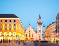 Munich gammalt stadshus nära Marienplatz stadfyrkant på natten i Munich, Tyskland Arkivbild