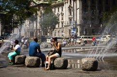 Munich, gente busca el refresco del verano en Karlsplatz Imagen de archivo