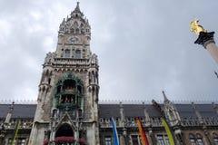 MUNICH, GERMANY/EUROPE - 25 DE SEPTIEMBRE: El Rathaus-Glockenspiel Fotografía de archivo libre de regalías