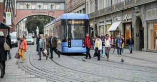 MUNICH GERMANY/EUROPE - SEPTEMBER 25: Spårvagn i Munich Tysklandnolla royaltyfria foton