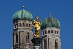 Munich Mariensäule och Frauenkirche Arkivfoton
