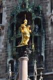 Munich Mariensäule y Glockenspiel Imágenes de archivo libres de regalías