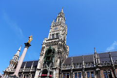 Munich, neuesrathaus och mariensaule Royaltyfri Foto