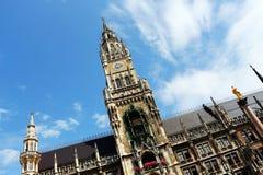 Munich, neuesrathaus och mariensaule Arkivbilder
