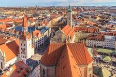 Munich panorama med det gamla stadshuset Arkivfoton