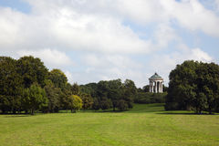 Munich, parque de Englischer Garten con Monopteros Fotografía de archivo