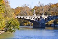 Munich, pont de Maximilian sur la rivière d'Isar Photographie stock libre de droits