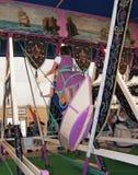 MUNICH - 22 SEPTEMBRE : la jeune femme deux espiègle dans un dirndl traditionnel habille l'oscillation pendant l'Oktoberfest à Mu Photos libres de droits