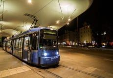 Munich spårvagn som blir på plattformen arkivbilder