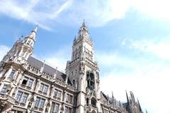 Munich stadsRathaus stadshus med himmel royaltyfri fotografi