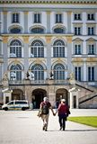 Munich turister framme av den Nymphenburg slotten Arkivfoton