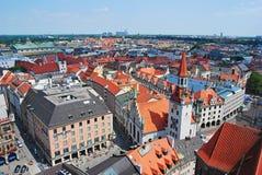 """Munich Tyskland†""""Juli, 2013 Sikt över Altes Rathaus och stilfullt Ludwig Beck varuhus i Munich Arkivbild"""