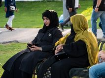 MUNICH TYSKLAND - AUGUSTI 20, 2017: En arabisk kvinna med en hijab royaltyfri fotografi