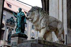 Munich Tyskland, bayerska Lion Statue framme av Feldherrnhalle Arkivbild