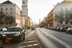 Munich Tyskland, December 29, 2016: Bilar på gatan i Munich Skott på Canon 5D fläck II med främsta L linser Vardagsliv i Europa l Royaltyfri Bild