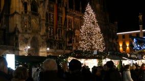 Munich Tyskland - December 2, 2018: Den huvudsakliga fyrkanten Marienplatz i mörkret, som står på, julen marknadsför med lager videofilmer