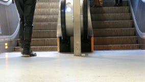 Munich Tyskland - December 2, 2018: Folket klättrar på momenten av rulltrappan lager videofilmer