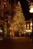 MUNICH TYSKLAND - DECEMBER 25, 2009: Julgran på natten med ljus Royaltyfri Foto