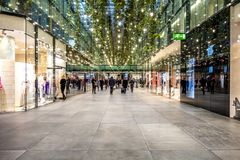 Munich Tyskland - Februari 15 2018: Folk som shoppar i den typiska tyska shoppinggallerian Fuenf Hoefe i Munich Royaltyfria Bilder