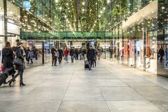 Munich Tyskland - Februari 15 2018: Folk som shoppar i den typiska tyska shoppinggallerian Fuenf Hoefe i Munich Royaltyfri Bild