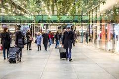 Munich Tyskland - Februari 15 2018: Folk som shoppar i den typiska tyska shoppinggallerian Fuenf Hoefe i Munich Royaltyfri Foto