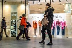 Munich Tyskland - Februari 15 2018: Folk som shoppar i den typiska tyska shoppinggallerian Fuenf Hoefe i Munich Arkivfoto