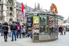 Munich Tyskland - Februari 15 2018: Souvenir shoppar sälja material på th Marienplatz Arkivfoto