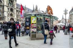 Munich Tyskland - Februari 15 2018: Souvenir shoppar sälja material på th Marienplatz Royaltyfria Bilder