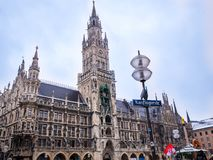 MUNICH TYSKLAND - FEBRUARI 22 -2018: turister nära nytt stadshus på den Marienplatz fyrkanten i Munich, Bayern, Tyskland Royaltyfri Fotografi