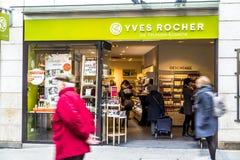 Munich Tyskland - Februari 15 2018: Yves Rocher säljer skönhetartiklar i staden av Munich fotografering för bildbyråer