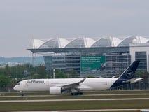 Munich Tyskland/Gemany 16 Maj 2019: Den Lufthansa strålen D-AIXJ åker taxi, når den har landat på muichflygplatsen MUC royaltyfri foto