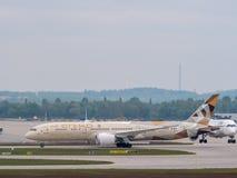 Munich Tyskland/Gemany 16 Maj 2019: Etihad dreamliner A6-BLE åker taxi, når det har landat på muichflygplatsen MUC royaltyfri fotografi