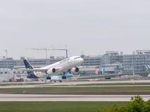 Munich Tyskland/Gemany 16 Maj 2019: Ta för Lufthansa stråle D-AIZE av på den munich flygplatsen arkivbilder