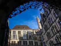 MUNICH Tyskland - Januari 17, 2018: Borggård av den nya kommunen Neues Rathaus fotografering för bildbyråer