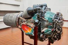 MUNICH TYSKLAND, JANUARI 15 2013: Sikt av jetmotorn med turbinvindar, tryckvågröret, stråldysan, bränsle och luftrör som är olika royaltyfria foton