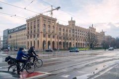 Munich Tyskland Januari 04 2016: två cyklister på tvärgator Arkivfoto