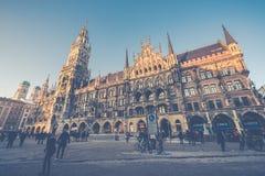 Munich Tyskland - Janurary 20, 2017: Marienplatzen är centra Arkivfoton