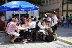 Munich Tyskland - Juli 07: Folk som har ölsammanträde Arkivbild