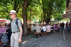 Munich Tyskland - Juli 07: Folk som har lunch som är utomhus- under Arkivbild