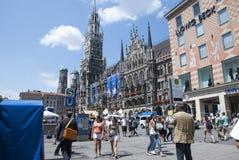 Munich Tyskland - Juli 07: Marienplatz i Munich i solig dag på Royaltyfria Foton