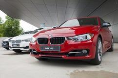 MUNICH TYSKLAND - JUNI 1, 2012: BMW bilar som framläggas på BMW världsvisningslokalen i Munich, Tyskland Royaltyfria Bilder