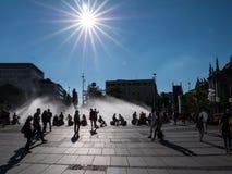 MUNICH TYSKLAND - JUNI 10, 2017: En offentlig fyrkant med en fountai royaltyfri foto