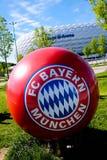 MUNICH TYSKLAND - MAJ 20, 2017: Bayern Munich FC bolllogo framme av den Allianz arenan Fotografering för Bildbyråer